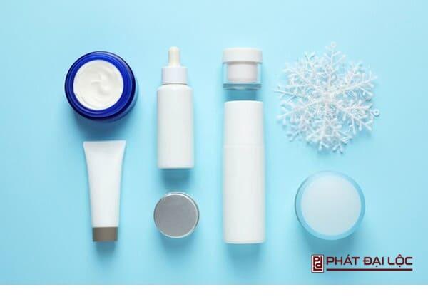 Lựa kem dưỡng ẩm có chứa vitamin E, A hoặc ceramides phù hợp