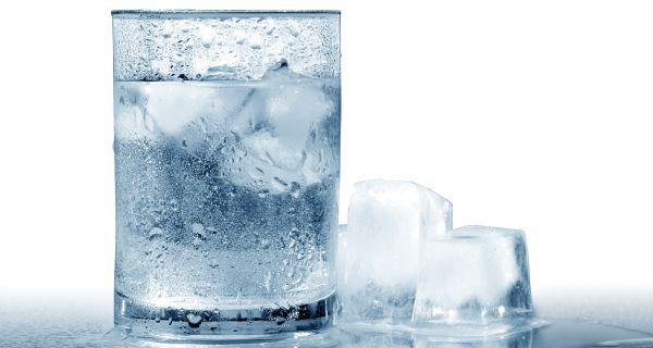 Nước đá phát huy vai trò quan trọng trong việc trị mụn, làm đẹp cho chị em phụ nữ