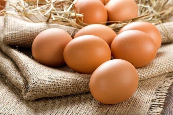 Có thể sử dụng cả trứng gà sống và trứng gà chín để loại bỏ mụn